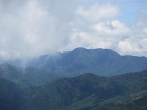 写真中央が錫ヶ岳ピーク