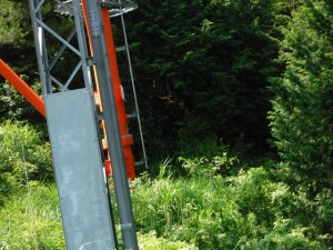 鉄塔の回りは藪、右奥が盗人山への道