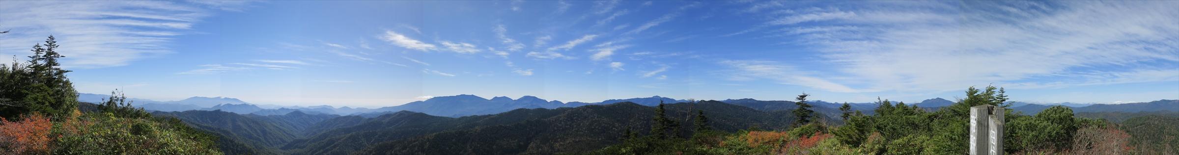 福島県境の分水嶺、帝釈山に立つ。快晴、大展望にうっとり。