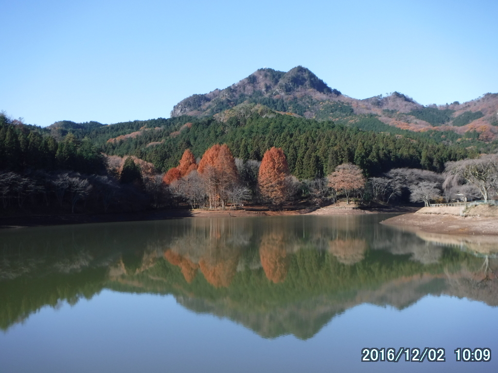 古賀志山の「赤岩」。垂直の壁に足が震える。