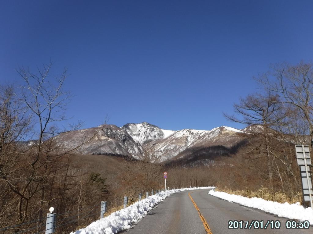 スノーシューの下見で赤薙山にチェーンスパイクで登る(雪はまだ中途半端)。