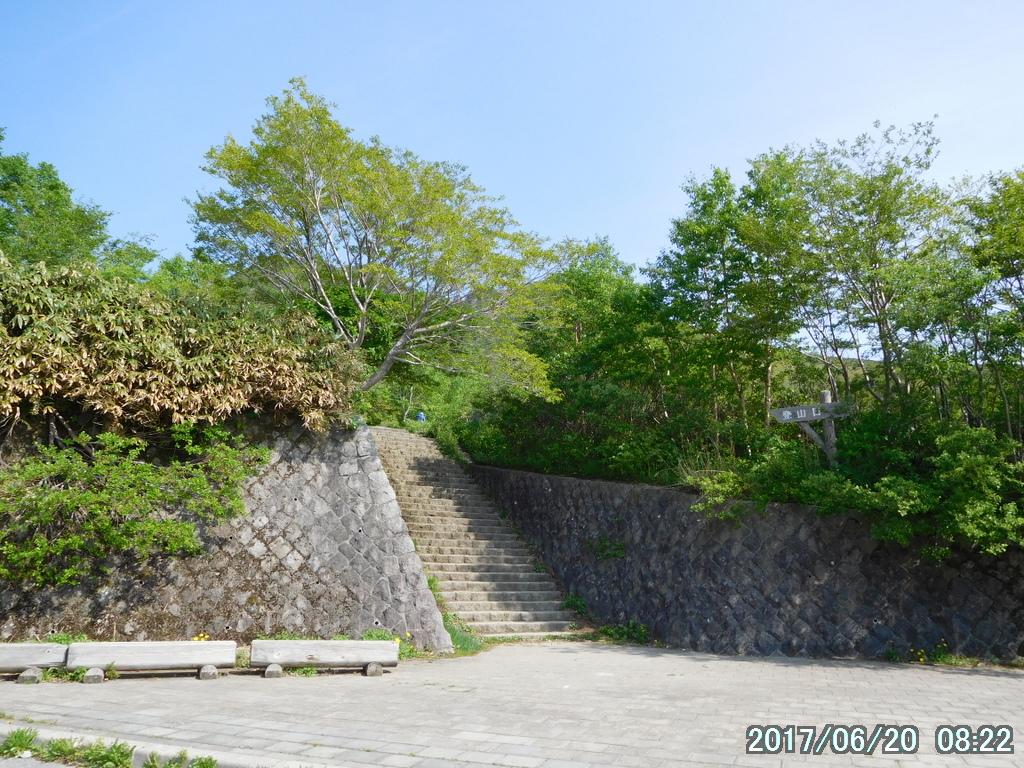 駐車場奥の階段が那須連峰の入口