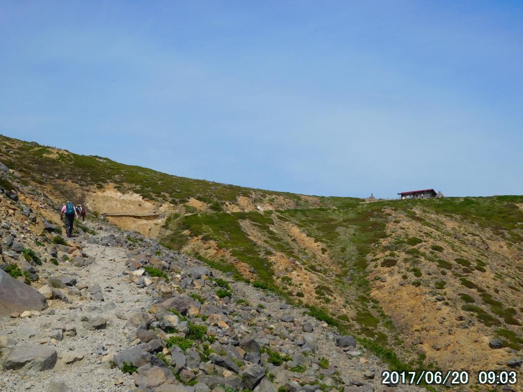 峰の茶屋跡避難小屋が見えてきた