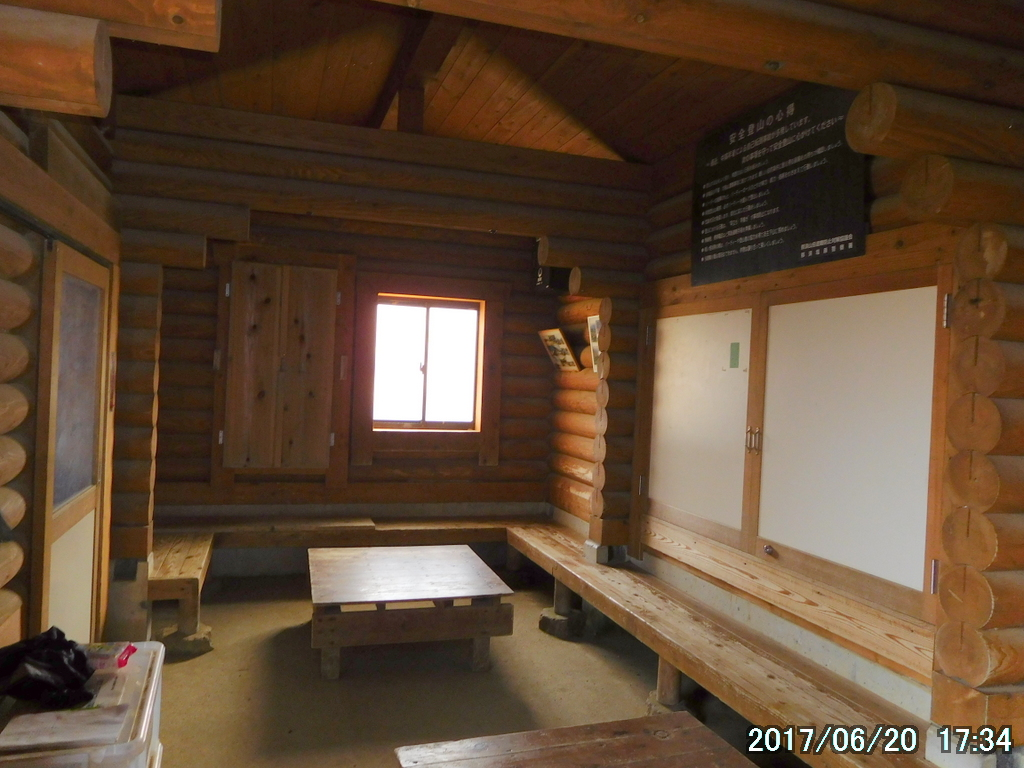 峰の茶屋跡避難小屋の内部