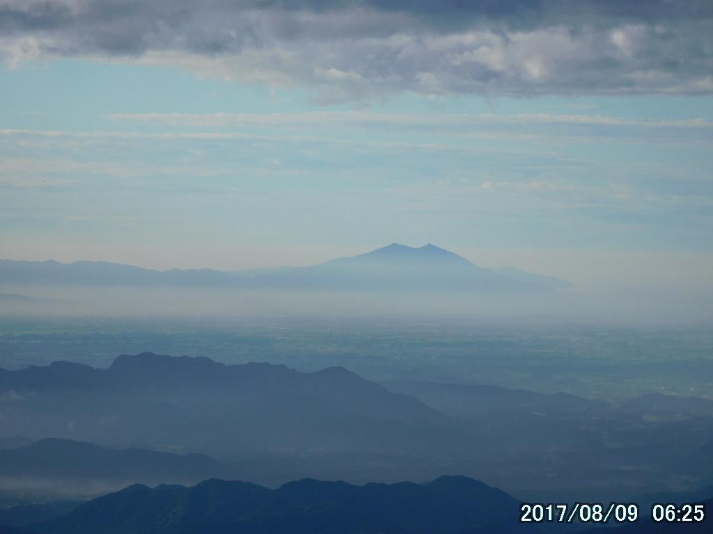 雲の上に筑波山が見える