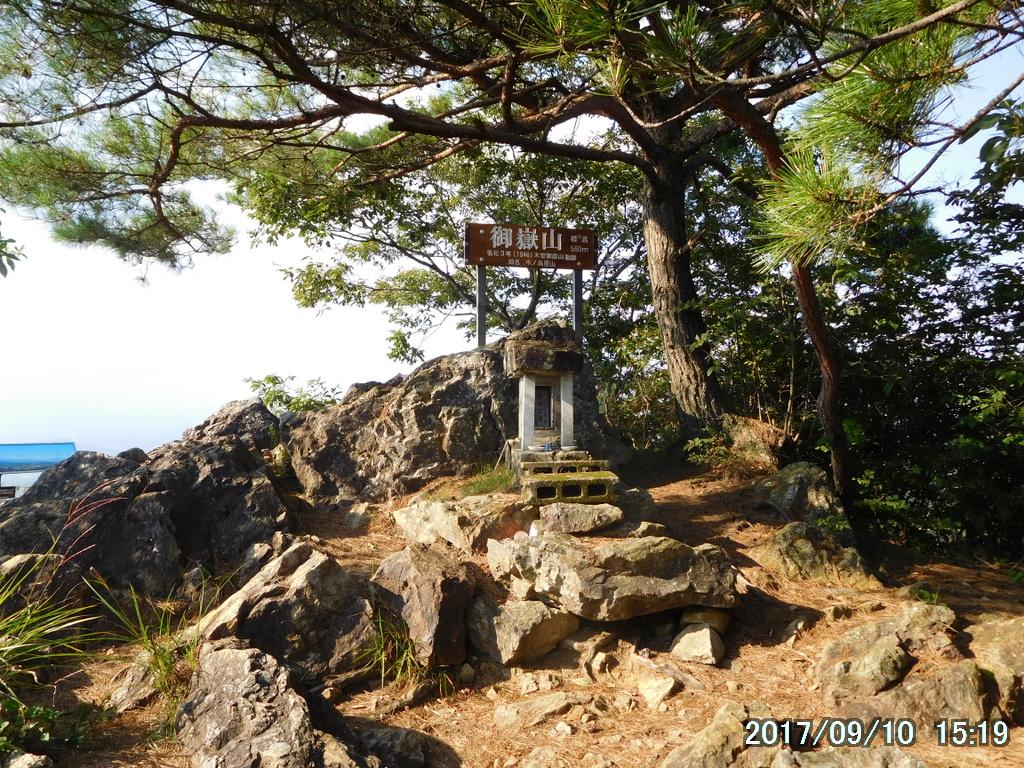 御嶽山で下山までの無事を祈る