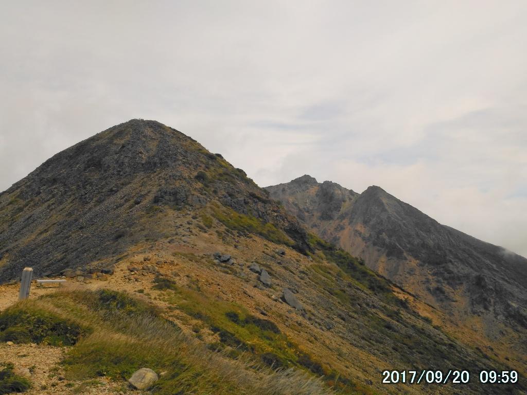 剣ヶ峰を通して朝日岳を望む