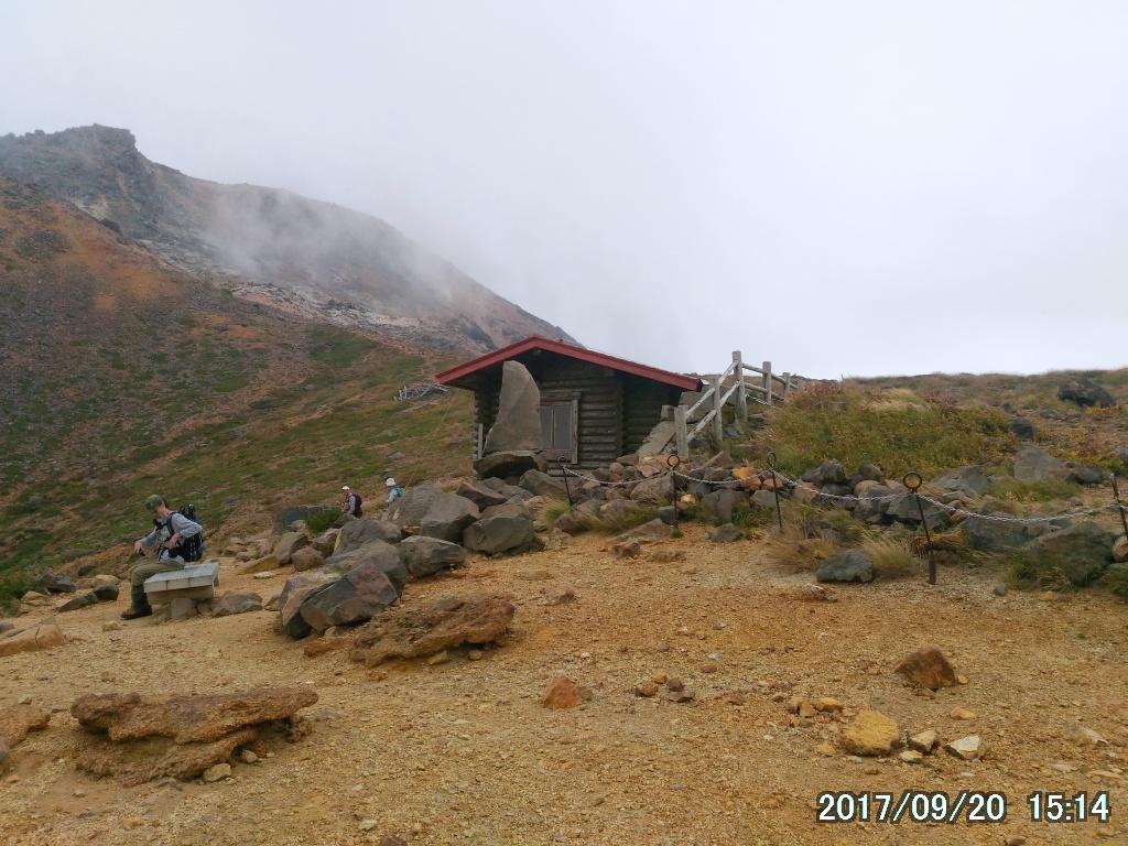 峰の茶屋跡避難小屋まで戻った