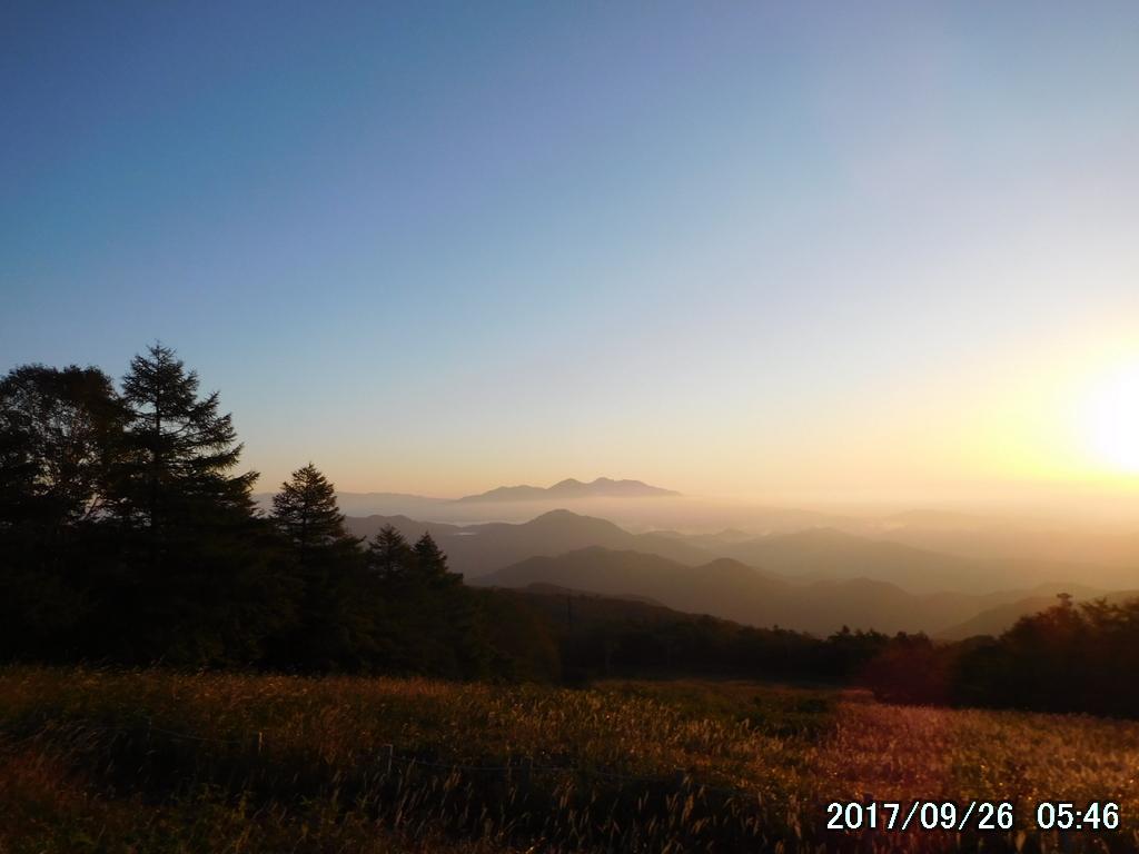 雲海の上に高原山(鶏頂山、釈迦ヶ岳、中岳、西平岳の総称)
