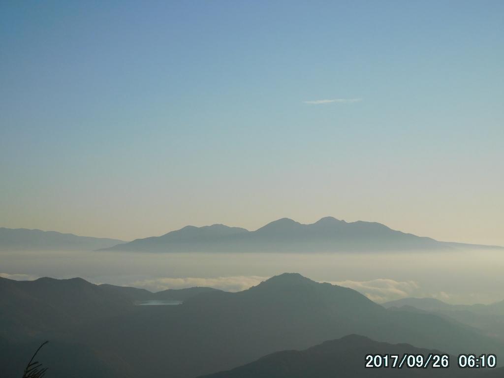 ズームして高原山(鶏頂山、釈迦ヶ岳、中岳、西平岳の総称)を見る