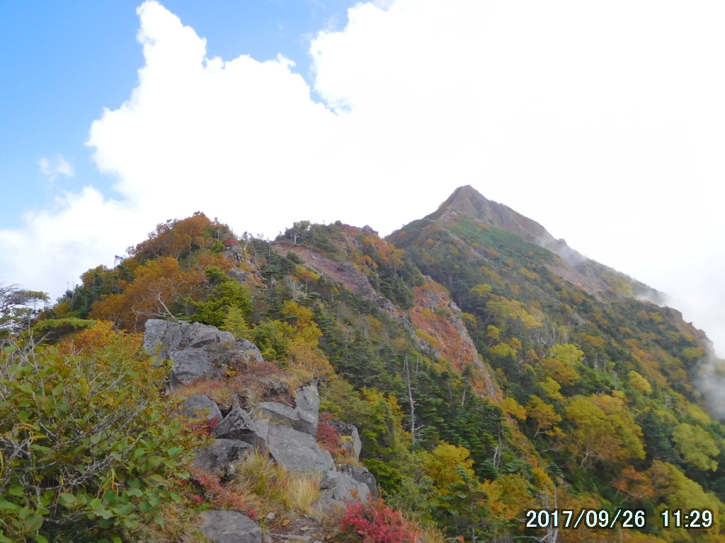 振り返って女峰山を見る