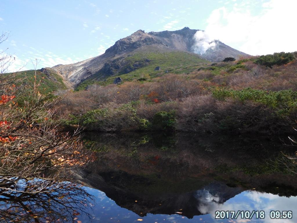 ひょうたん池に映る逆さ茶臼岳