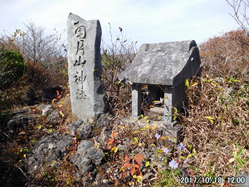 古い石の祠は南月山神社