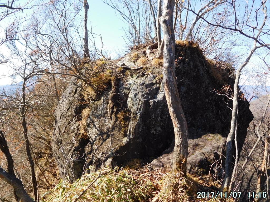 大きな岩に阻まれた