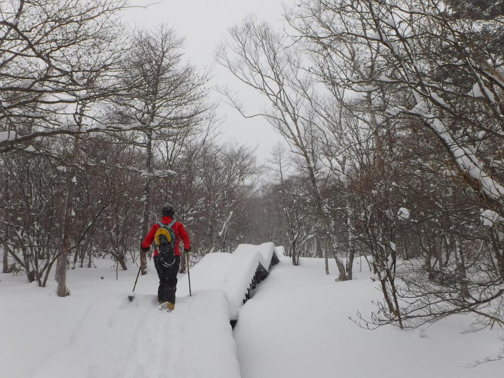 厚い雪で段差が隠れ斜面と化した天空回廊。
