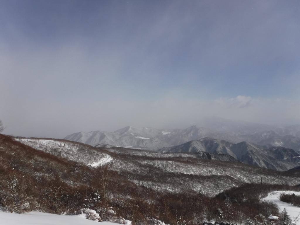 北東に高原山(鶏頂山、釈迦ヶ岳、中岳、西平岳の総称)