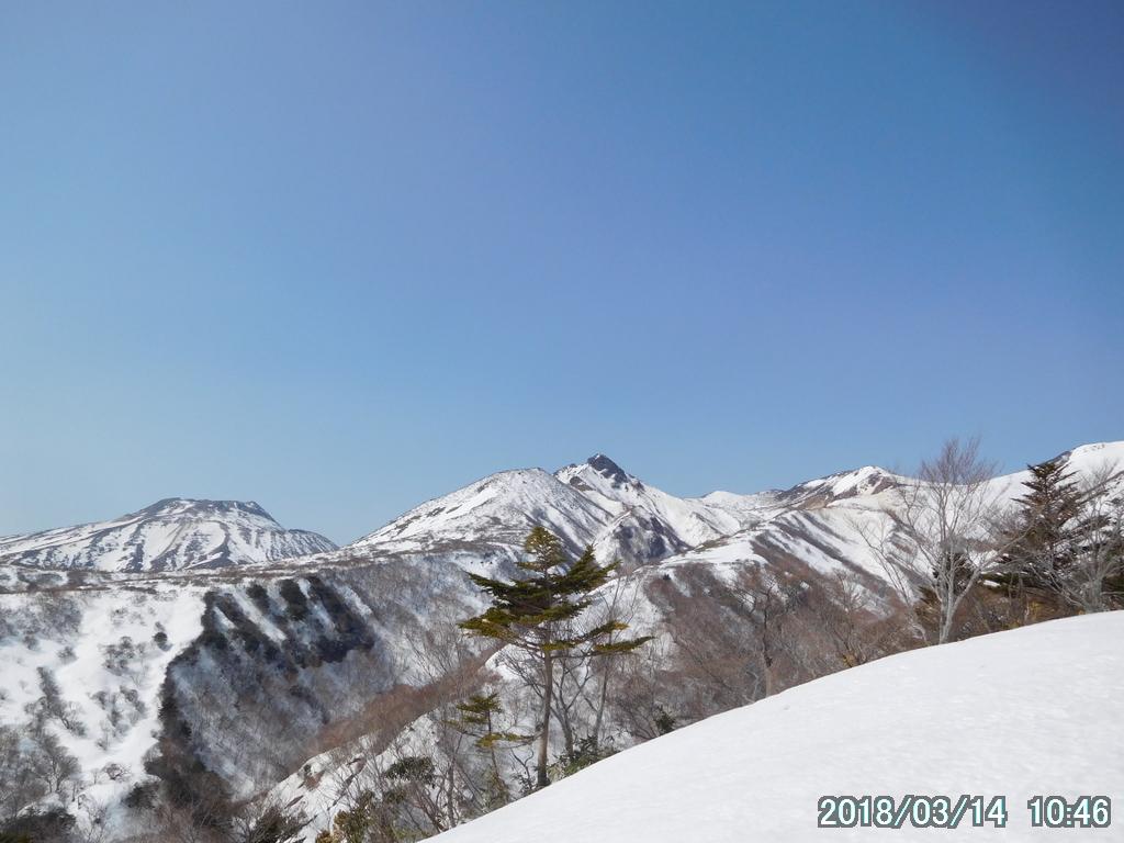 茶臼岳の右に朝日岳