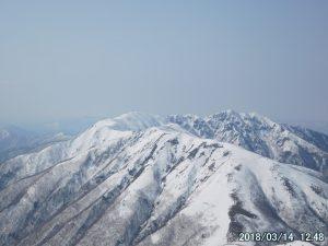 残雪の那須連峰、三本槍岳。登り始めからずっと息をのむ絶景だった。