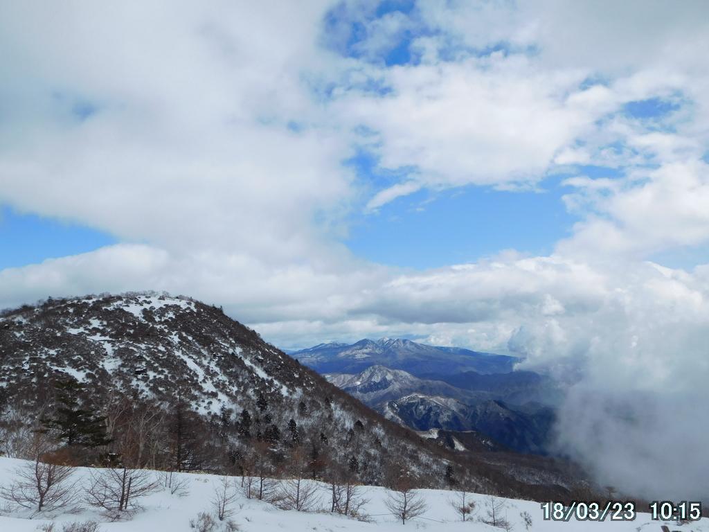 丸山の奥には高原山(鶏頂山、釈迦ヶ岳、中岳、西平岳の総称)
