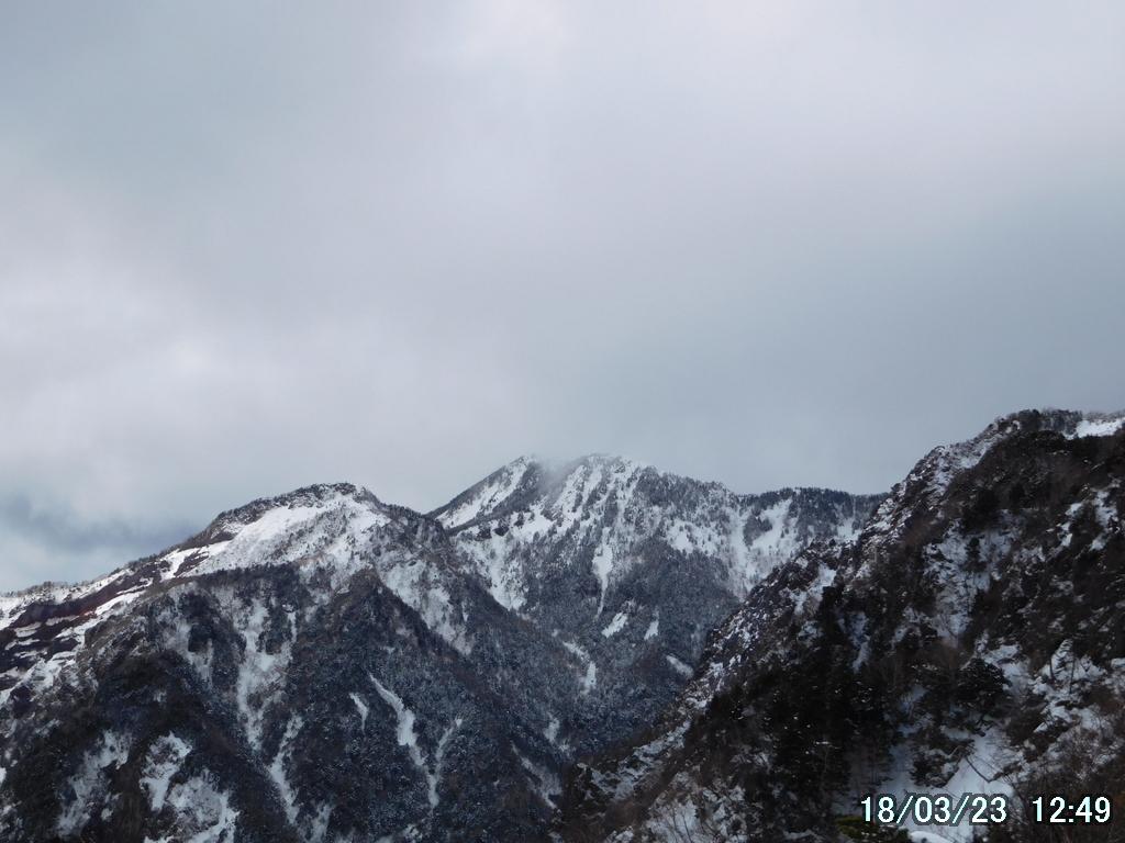 木々の切れ目から女峰山を望む