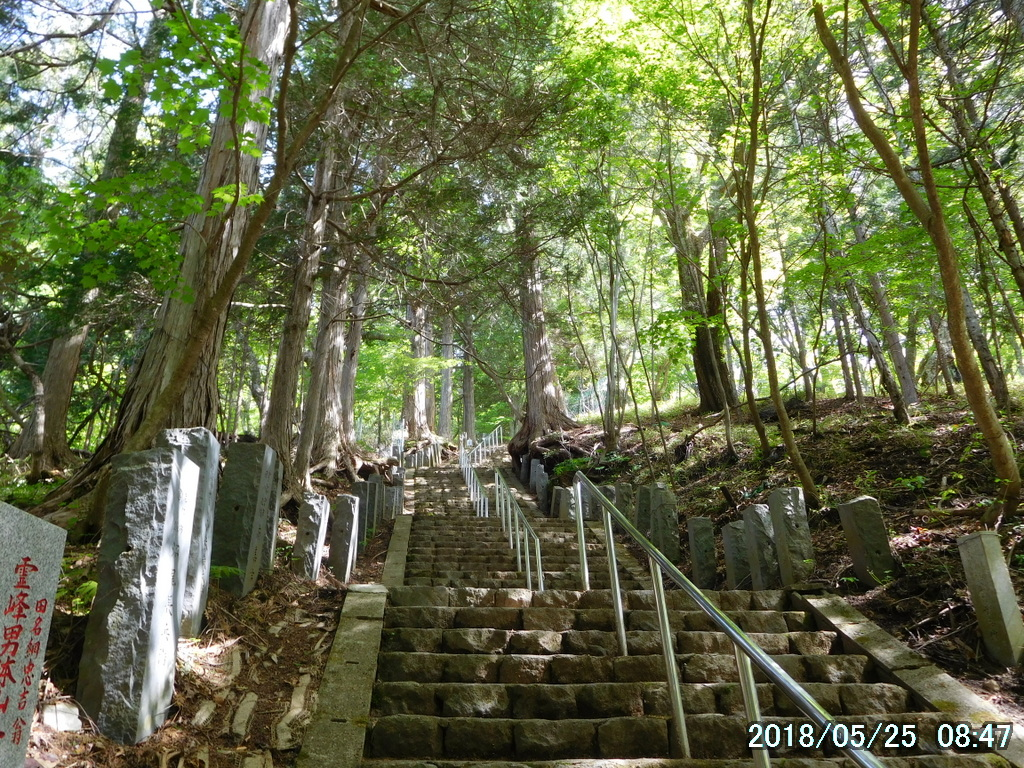 登拝門の先は急な階段
