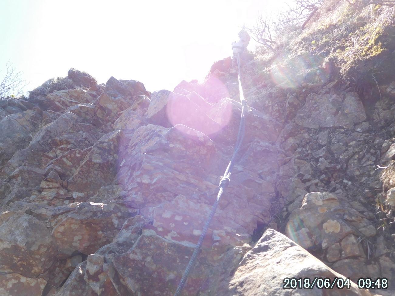 岩場にかかるロープ
