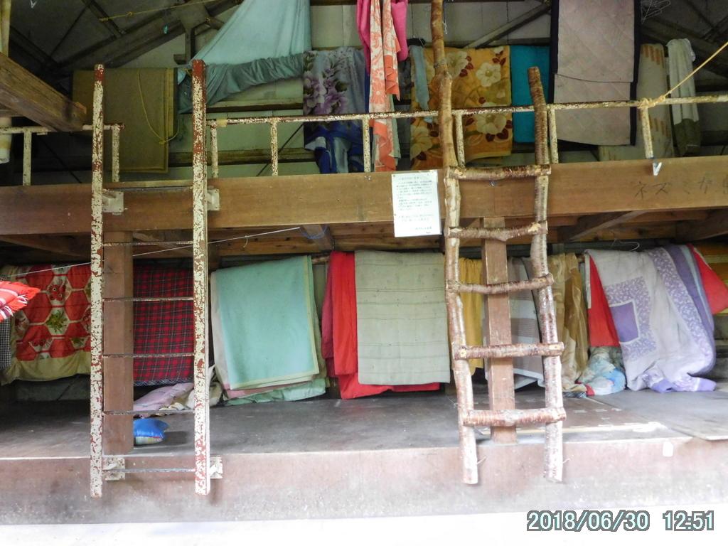 避難小屋内部