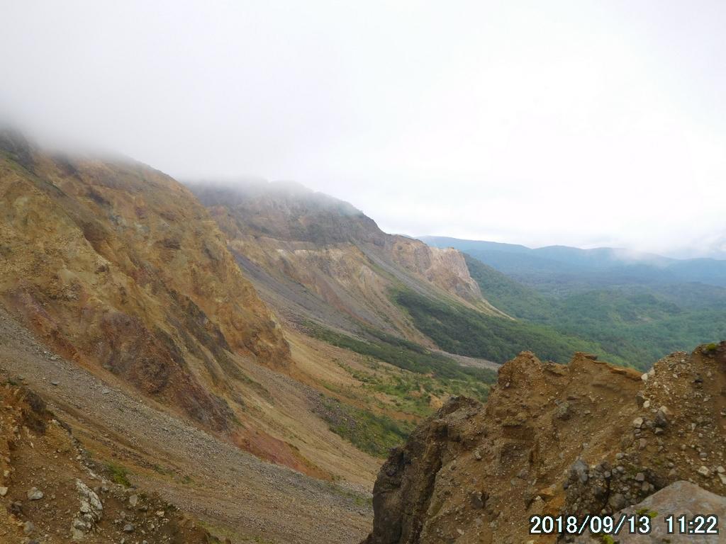 巨大な岩と土の急斜面