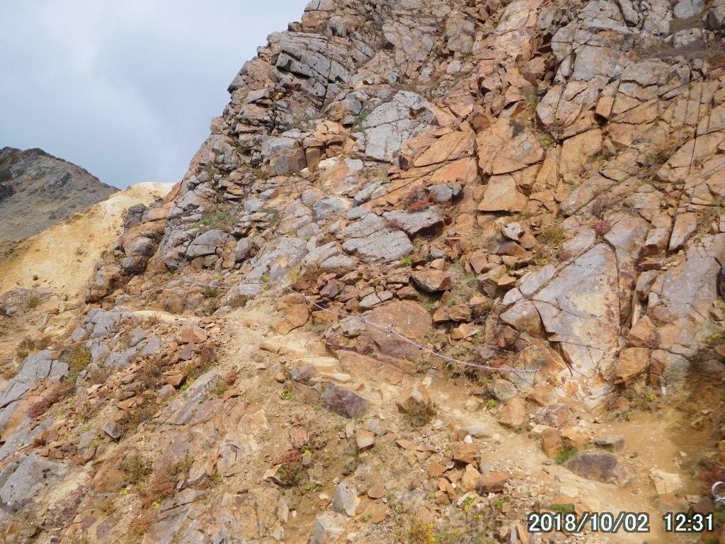 巨大な岩を西に巻く