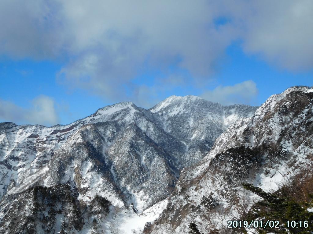 鳥居の奥から女峰山